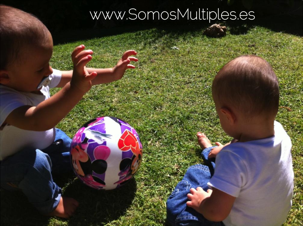 mellizos jugando a la pelota