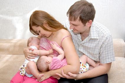 Amamantando gemelos o mellizos en tandem