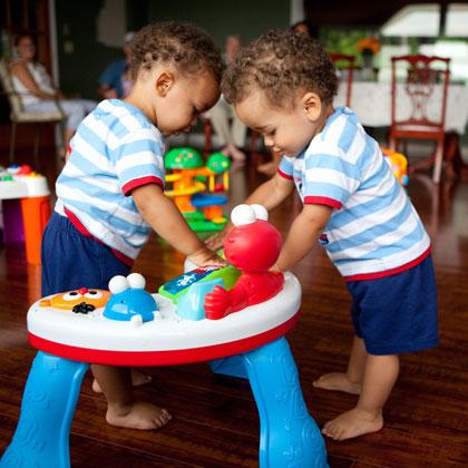 bebes gemelos jugando