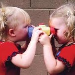 ¿Cuándo se dan cuenta los gemelos de que son idénticos?
