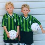 hermanos gemelos jugando al futbol