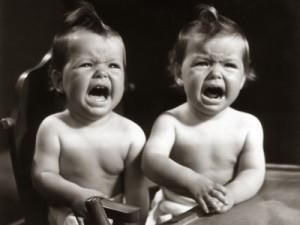gemelos mellizos llorando