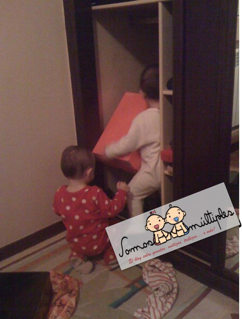 Mis mellizos cooperando para vaciar mi armario, ¡Ser madre múltiple es no aburrirse nunca!