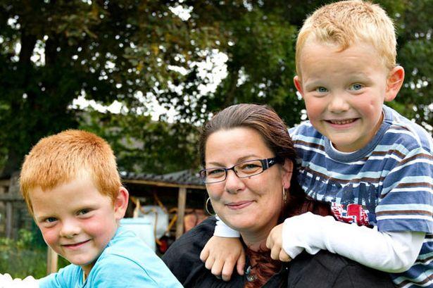 Los mellizos Marcus y Lucas con su madre. Fuente: The Mirror