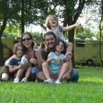 Una familia numerosa con gemelas sobre ruedas