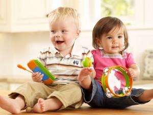 Compartir es un aprendizaje que tus gemelos, mellizos o trillizos adquirirán tarde o temprano, ¡Ten paciencia!