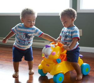 Los mejor es que los juguetes grandes se compren iguales, mientras que los pequeños se adapten a sus intereses individuales