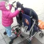 Paseo con mellizos de 11 meses y hermana mayor de 2 años