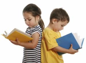Las diferencias madurativas entre niñas y niños son normaless. Tienes que comparar a tu hijo con el resto de los varones de su edad.