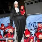 La Octomadre en Halloween con sus octillizos disfrazada de monja embarazada