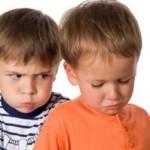 Mis gemelos se pegan cuando se acerca algún desconocido