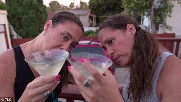 Las gemelas Amy y Becky se aseguran de tener exactamente la misma cantidad de bebida en su vaso. Fuente: Mail Online