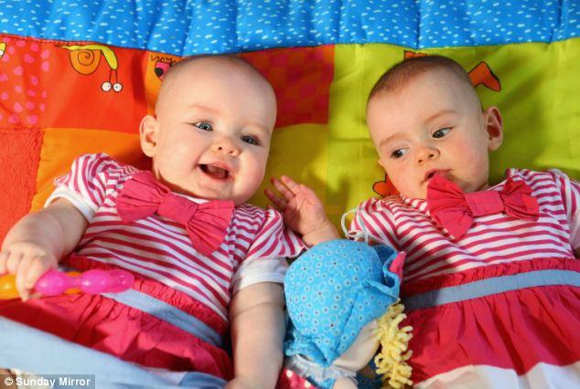 Las gemelas Amy y Katie nacidas con 87 días de diferencia