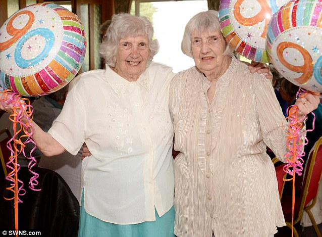 Las gemelas Gladys y Dorothy celebrando su 90 cumpleaños. Fuente: Mail Online