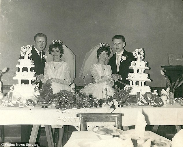 Las gemelas Carol y Christine en su boda en 1963. Fuente: Mail Online