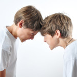 Los conflictos entre tus gemelos, mellizos o trillizos son normales. Lo que hay que hacer es enseñarles la forma correcta de encauzar sus emociones.