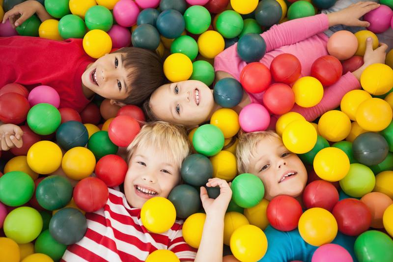 Gemelos y mellizos relaciones con los amigos somos for Piscinas de bolas para bebes