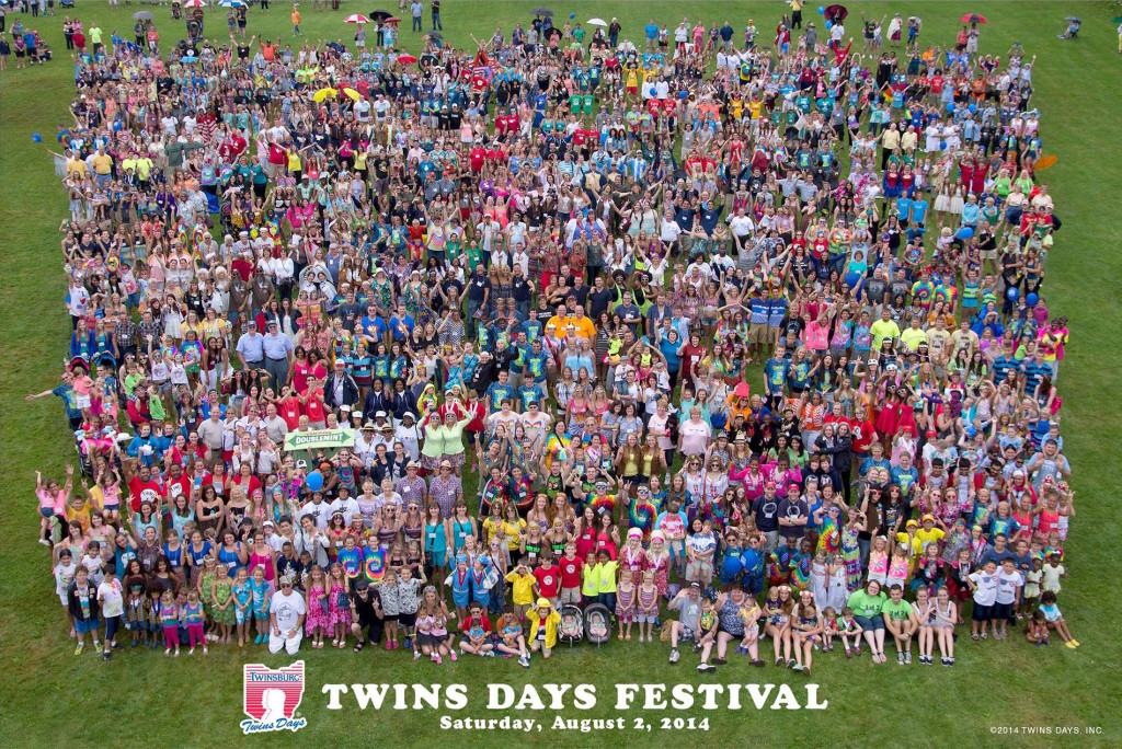 Fotografía oficial del Festival Anual de Gemelos de Twinsburg de 2014, la convención anual de gemelos más grande del mundo.