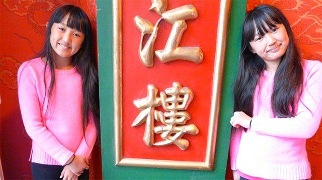 """Mia y Alexandra, gemelas chinas que fueron adoptadas por una pareja estadounidense y noruega, respectivamente. Protagonizaron el documental """"Hermanas gemelas""""."""
