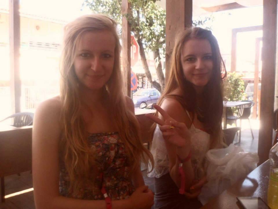 Foto de Laura Shallcross y su hermana gemela