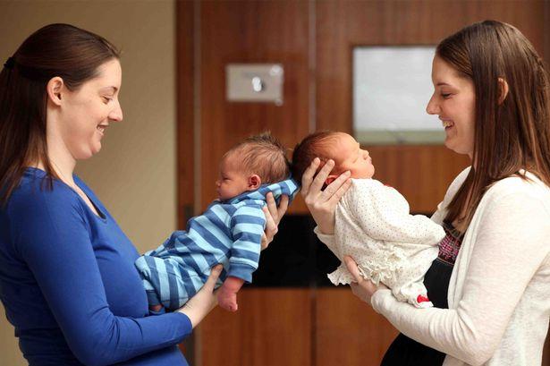 Las gemelas idénticas Sarah y Heather tuvieron a sus hijos con solo 13 horas de diferencia