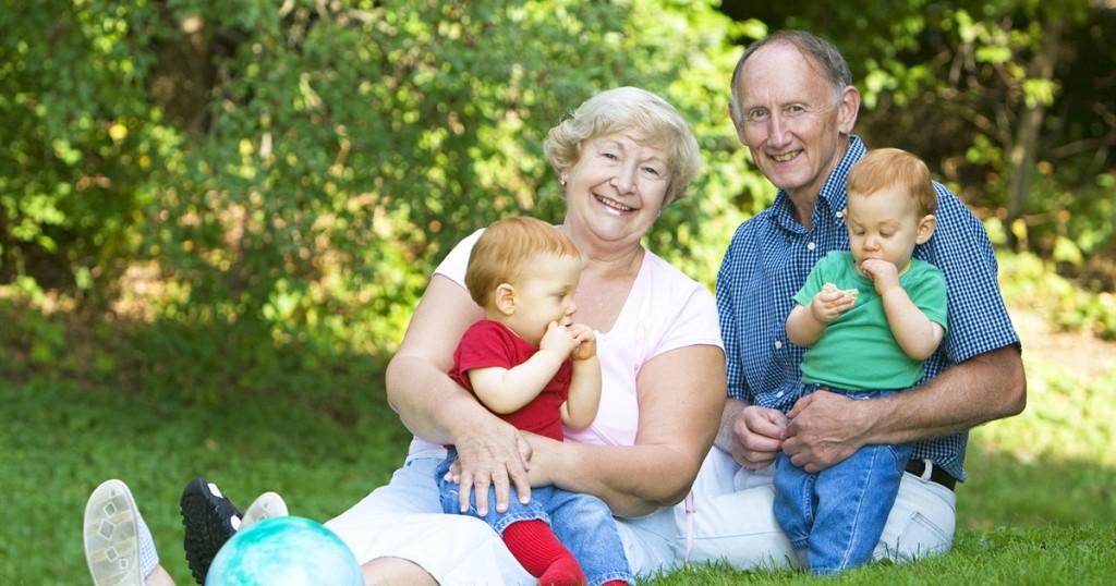 abuelos-con-mellizos
