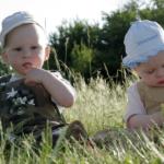 Muchos bebés gemelos y mellizos tardan aún unos meses en descubrirse el uno al otro