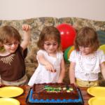 Es frecuente que los hermanos de gemelos, mellizos o trillizos se sientan a veces apartados