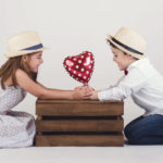 Mellizos niño y niña: Él se porta mal